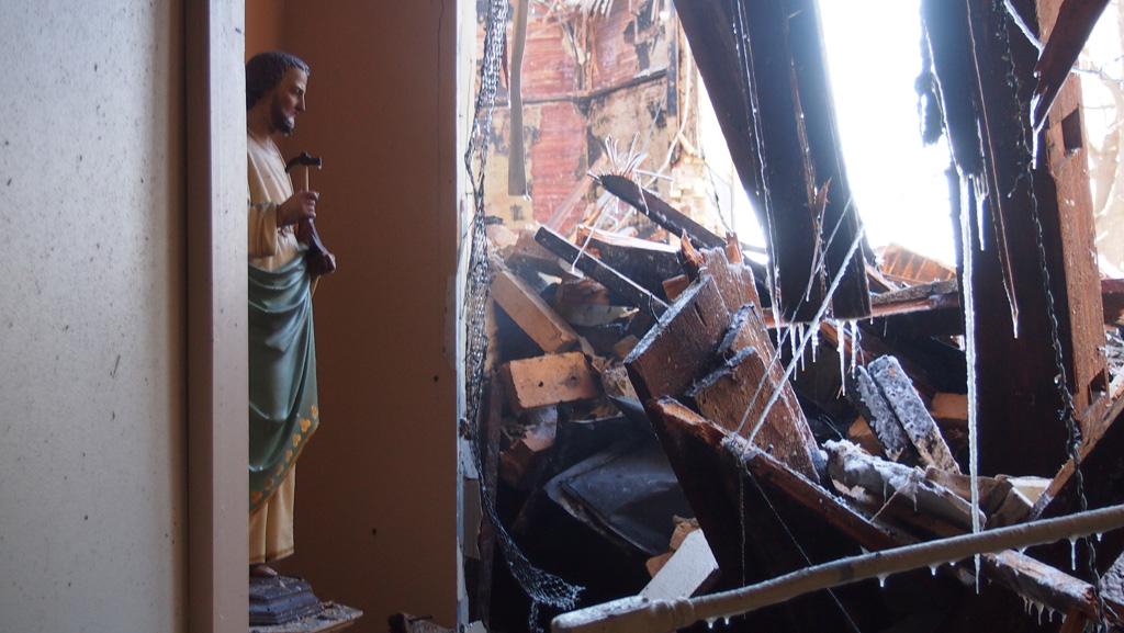 Estatua de San José en el pasillo calcinado