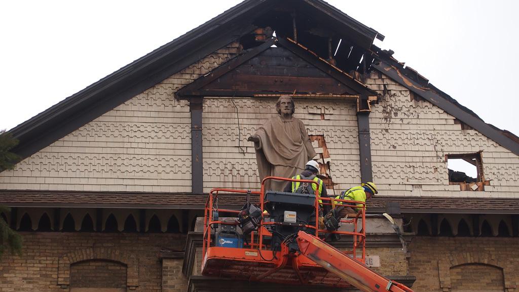 Salvando la estatua de San José sobre de la entrada