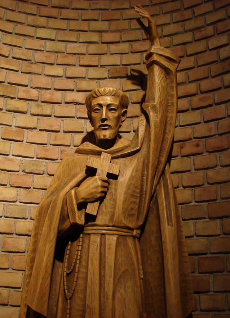 Misión y valores - Estatua de San Francisco de Asís en la Capilla del Seminario San Lorenzo