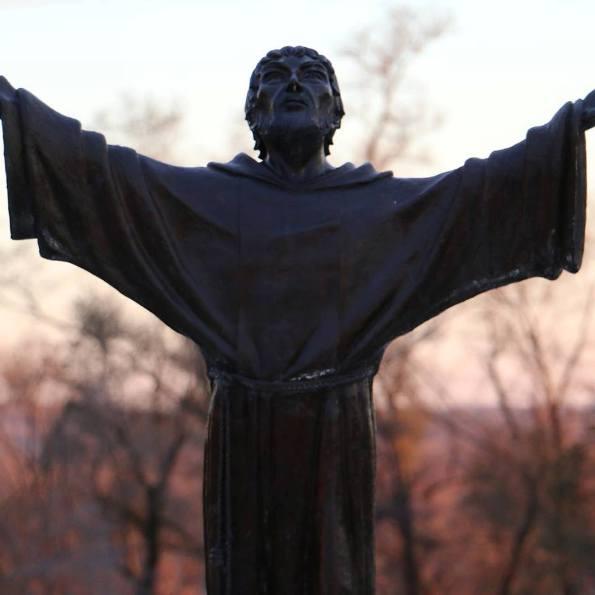Acción de gracias - Estatua de San Francisco en el Seminario San Lorenzo